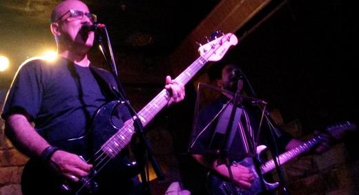 Second Come de novo em ação: o baixista e vocalista F. Kraus e o guitarrista Fernando Kamache