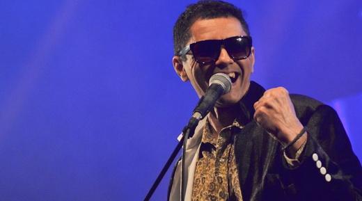 O vocalista Kadu Eduardo, do Verbara: brega sem noção transforma o salão em terrível micareta