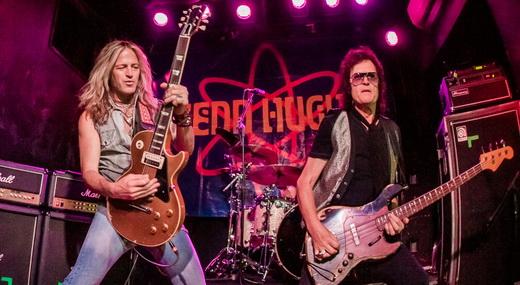 O guitarrista Doug Aldrich e Glenn Hughes com seu baixo surrado prontos para o início do show