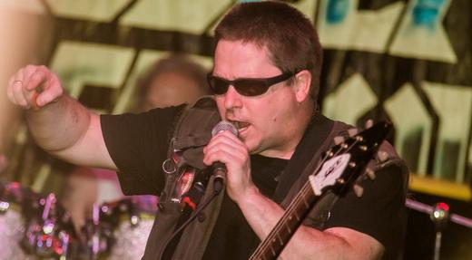 O baixinho John Connelly, cuja voz de timbre diferenciado é marca registrada do Nuclear Assault