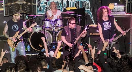 O guitarrista Eric Burke, John Connelly e o baixista Dan Lilker, com o batera Glenn Evans no fundo