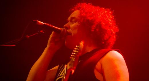 O vocalista e guitarrista Daniel Cavanagh apura a voz durante o viajante show do Anathema