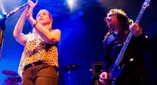 A boa vocalista Lee Douglas, que participa em poucas músicas, e o baixista da família, Jamie Cavanagh