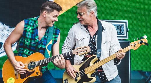 João Suplicy, que toca um violão convertido em guitarra, em pleno agito com Glen Matlock