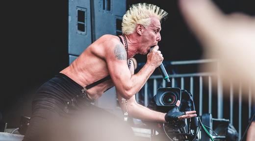 Punk: o esforçado Supla tem um suplente na bateria e parte para a frente do palco com atitude