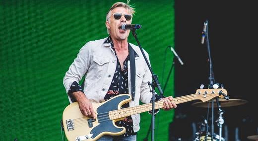 O baixista da formação original do Sex Pistols, Glen Matlock, tocando e cantando de tudo um pouco