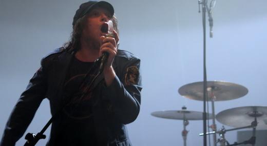 O vocalista Beto Bruno empunhando o pedestal do microfone: muito carisma e  nenhuma bajulação