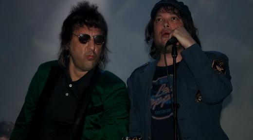 Dupla infernal: o guitarrista Marcelo Gross, que sofreu como os efeitos no palco, e o viajante Beto Bruno
