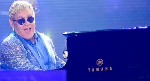 Sentando em seu próprio piano, Elton John mostra uma série de sucessos para a plateia do Rock In Rio