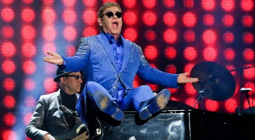 Momento em que um animado Elton John senta sobre o piano e agita o povão do Palco Mundo