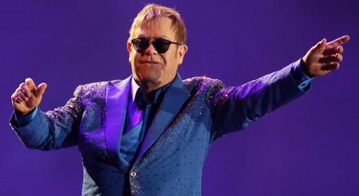 Um das poucas vezes em que Elton John circula pelo palco, agradecendo à resposta do público