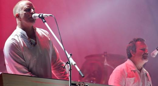 O tecladista Roddy Bottum e o baixista Billy Gould, fincados no palco de cenário de gosto duvidoso