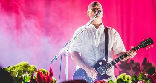 O inócuo guitarrista Jon Hudson, que tem seguramente um dos melhores empregos do mundo