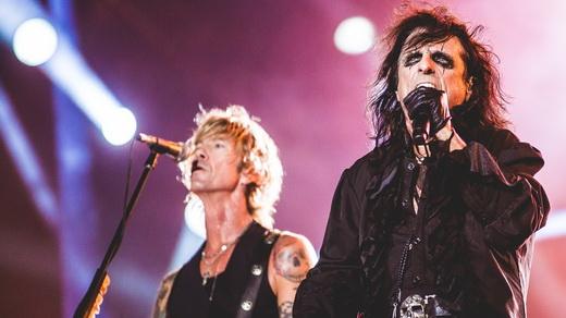 Alice Cooper com o ex-baixista do Guns N'Roses, Duff McKagan, fazendo a segunda voz no fundo
