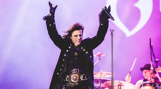Todo o carisma e a boa forma de Alice Cooper, que atua como mestre de cerimônias no show