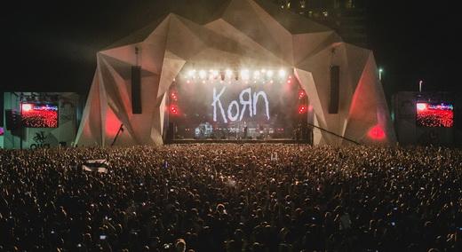 Vista geral dos arredores do Palco Sunset, abarrotado de gente durante o ótimo show do Korn