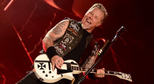 O sorridente James Hetfield faz pose para os fotógrafos no início do show do Metallica no Rock In Rio