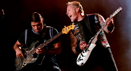 Combustível: o eficiente baixista Robert Trujillo interage com o guitarrista James Hetfield