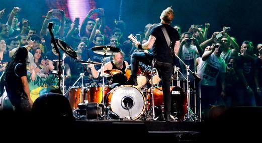 Novidade: banda de costas para o público, tocando para os sortudos em uma arquibancada no palco