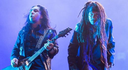 O guitarrista Sin Quirin e Jourgensen: cuidado que o som caótico do Ministry vai pegar!