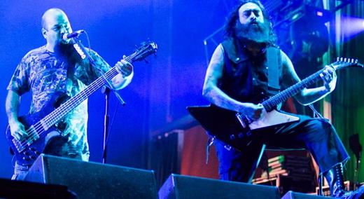 Reforço dos bons: o baixista Tony Campos (Soulfly e Cavalera Conspiracy) e o guitarrista Cesar Soto