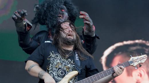 O baixista do Noturnall, Fernando Quesada, é atacado pelo mascote gigante Jurará (?!)