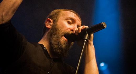 O vocalista Nick Holmes solta a voz rascante no feeling do show sombrio e profundo do Paradise Lost