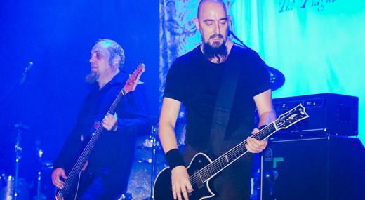 O baixista Steve Edmondson e o guitarrista Aaron Aedy fazem a cama para Mackintosh solar a vontade