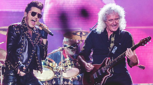 Só alegria: o vocalista Adam Lambert e o guitarrista Brian May agitam logo no início do show do Queen