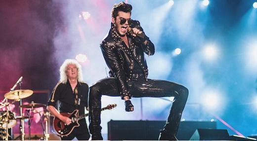 O performático Adam Lambert faz a ponte entre gerações separadas por mais de 30 anos