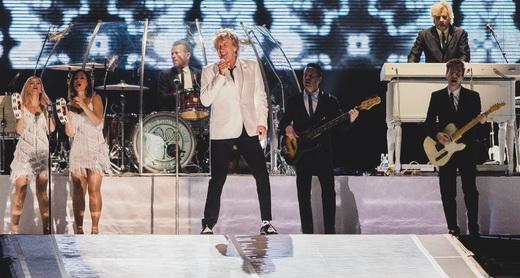 Vista geral da bandaça de Rod Stewart, que, contudo, não enquadra todos os cerca de 20 integrantes