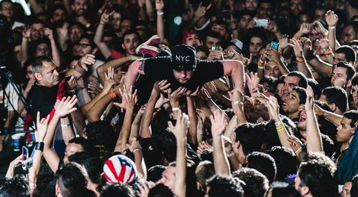 O momento em que o baterista Ben Thatcher se joga, literalmente, sobre o público no Rock In Rio