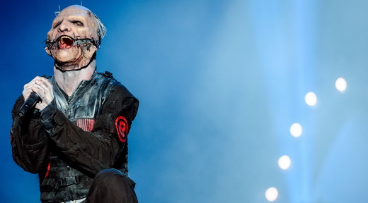Monstro falante: o carismático vocalista Corey Taylor exibe seu novo figurino no palco do Rock In Rio