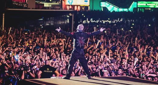 Corey Taylor fica pequeno diante da multidão do Rock In Rio, quando vai para a passarela do palco