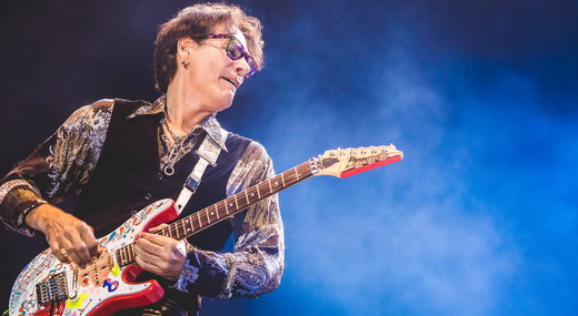 Todo o feeling do guitarrista Steve Vai, que aparece solo, mas muito bem acompanhado no Rock In Rio