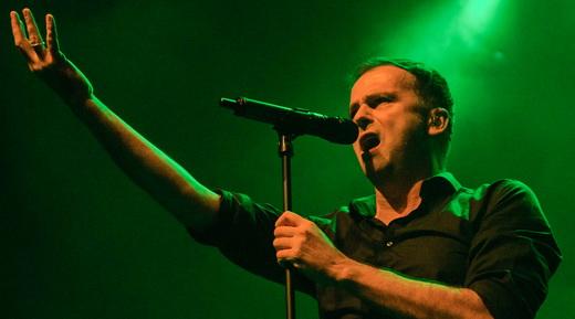 O iluminado vocalista Hansi Kürsch mostra excelente forma à frente do adorado Blind Guardian