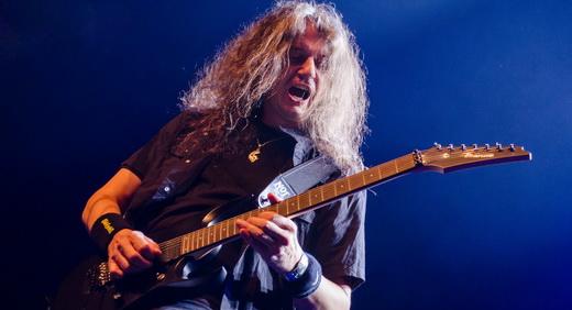 O cada vez mais arrojado André Olbrich, guitarrista responsável pelos solos no show do Blind Guardian