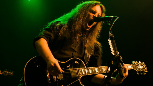 A guitarra base de Marcus Siepen, que assim como André Olbrich, contribui muito nas vocalizações