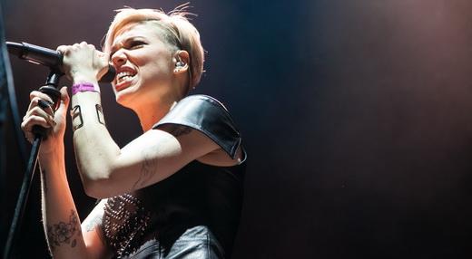 A vocalista Sabrina Sanm, em um momento de fúria durante o bom show do Kita, na abertura da noite