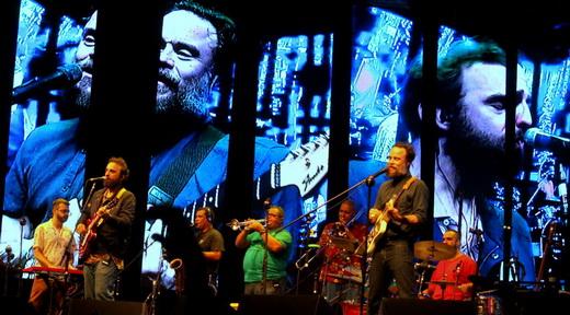 Vista geral de toda a banda, bem ensaiada, com a imagem ampliada no telão gigante atrás