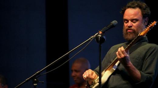 As caras e bocas de Rodrigo Amarante: jeito desleixado de cantar virou marca registrada