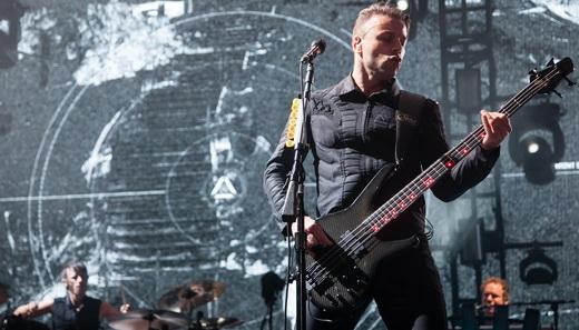 O baterista Dominic Howard quase não sai na foto estrelada pelo baixista Christopher Wolstenholme