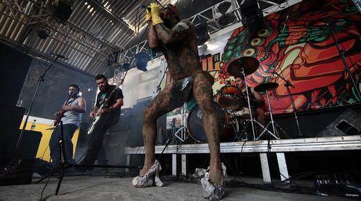 Performance: o 'monstro' que sai de dentro de uma betoneira direto para o palco, no show do AK-47