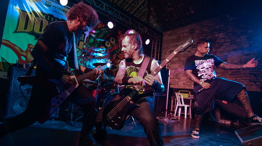 Confronto em ação: grupo superou a concorrência dos palco paralelos no último show do festival