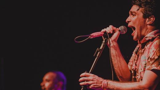 O vocalista Rodrigo Lima solta a voz à frente do Dead Fish, num dos melhores shows do Dosol 2015