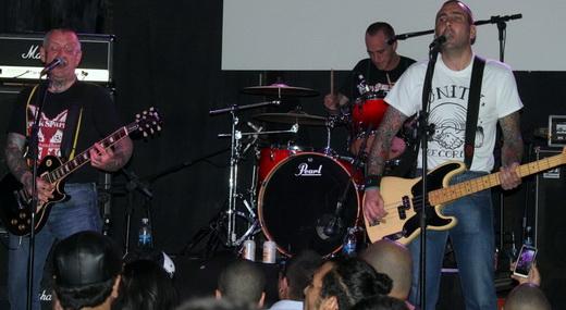 Evil Conduct em ação no palco: Han, guitarra e vocal, o baterista Phil, no fundo, e o baixista Joost