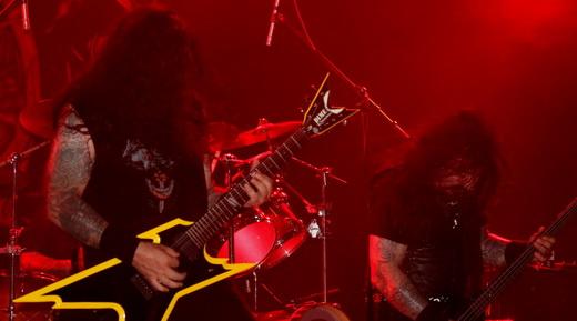 O guitarrista Moyses Kolesne e sua guitarra de formas arrojadas, e Alex Camargo agitando com ele