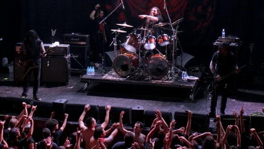 Vista geral do palco do Krisiun, com o incrível baterista Max Kolesne apontando para o público