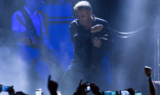 O cantor ricocheteia o fio do microfone no palco, um hábito mantido desde os tempos dos Smiths