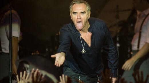Sarcástico: Morrissey estende a mão ao mesmo tempo em que mostra a língua para a plateia